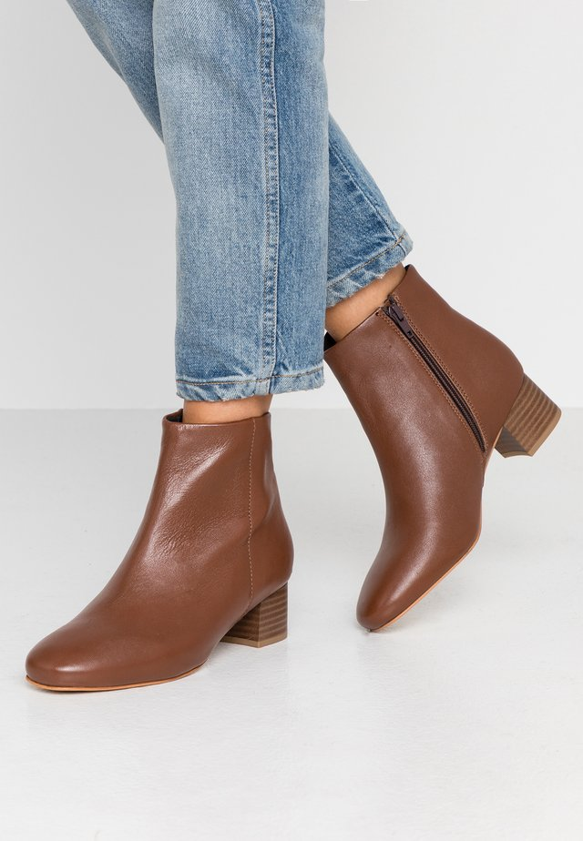 WIDE FIT - Ankle boots - tan