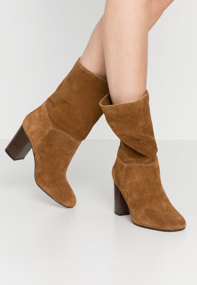 WIDE FIT GARDENIA - Classic ankle boots - tan