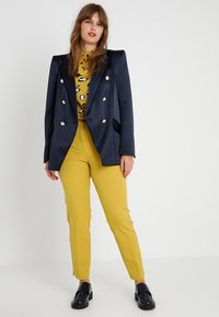 CAPSULE by Simply Be - EVERYDAY KATE TROUSER - Chinot - ochre