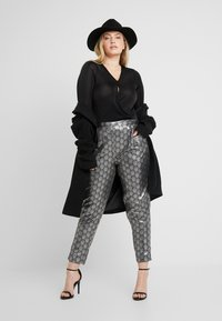 Simply Be - PRINT STRETCH TAPERED TROUSERS - Pantalones - black / silver - 1
