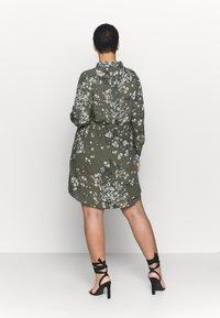 Simply Be - SHIRT DRESS - Skjortekjole - khaki/ivory - 2