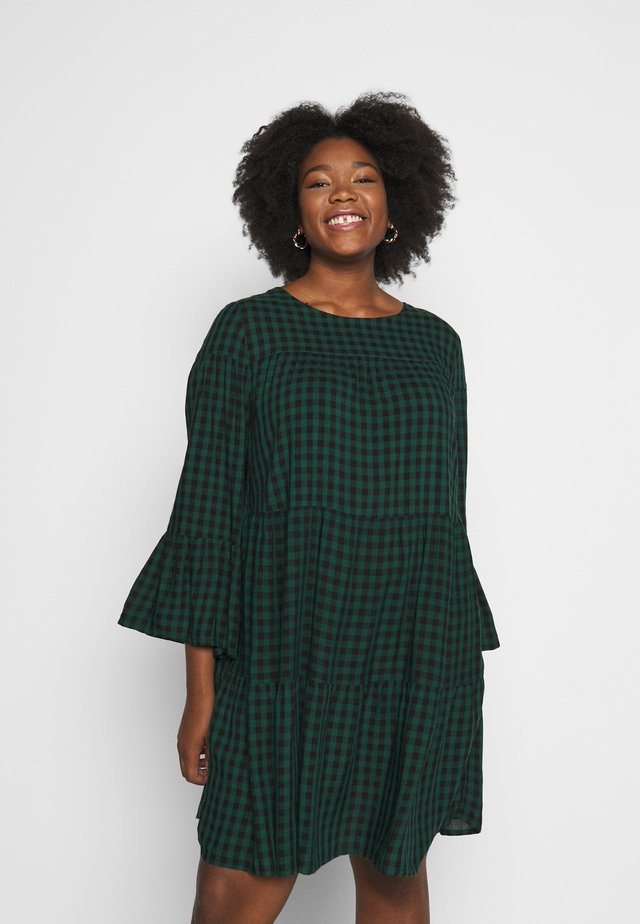 CHECK TIERED SMOCK DRESS - Kjole - green