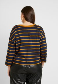 Simply Be - SIMPLY BE CROP BOXY - Topper langermet - mustard/navy - 2