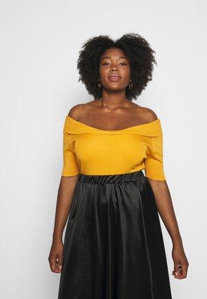 SWEETHEART BARDOT WITH SHORT SLEEVES - T-Shirt print - saffron
