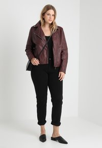 CAPSULE by Simply Be - BIKER - Faux leather jacket - berry - 1
