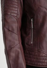 CAPSULE by Simply Be - BIKER - Faux leather jacket - berry - 4