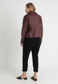 CAPSULE by Simply Be - BIKER - Faux leather jacket - berry - 2