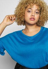 Simply Be - RUFFLE BOXY TEE - T-shirts med print - azure blue - 4