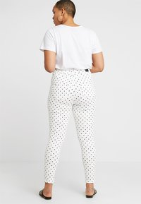 Simply Be - HIGH WAIST SPOT PRINT - Jeans Skinny Fit - white - 2