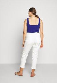 Simply Be - DEMI HIGH WAIST MOM - Jeans Skinny Fit - ecru - 2