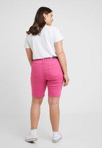 Simply Be - FERN - Szorty jeansowe - pink - 2