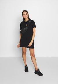 SIKSILK - TAPE COLLAR T-SHIRT DRESS - Žerzejové šaty - black - 1