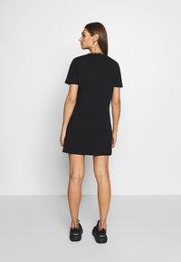 SIKSILK - TAPE COLLAR T-SHIRT DRESS - Žerzejové šaty - black - 2