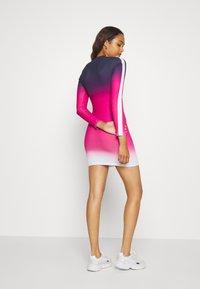 SIKSILK - TAPE FADE BODYCON DRESS - Žerzejové šaty - navy/pink/white - 2