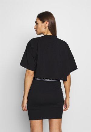 OVERSIZE CROP TEE - T-shirt print - black