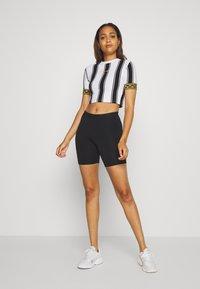 SIKSILK - ATHENA STRIPE BOX FIT CROP TEE - T-shirt con stampa - black/white - 1