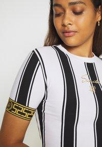 SIKSILK - ATHENA STRIPE BOX FIT CROP TEE - T-shirt con stampa - black/white - 4