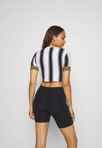 SIKSILK - ATHENA STRIPE BOX FIT CROP TEE - T-shirt con stampa - black/white - 2