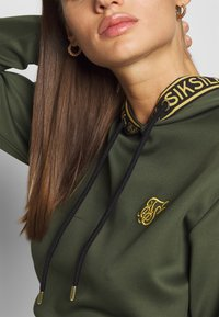 SIKSILK - TAPED CROPPED HOODIE - Mikina s kapucí - bronze/green - 4