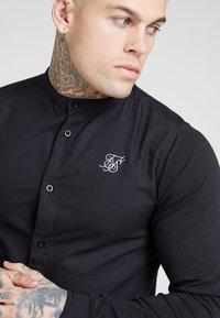 SIKSILK - GRANDAD COLLAR JLONG SLEEVE FITTED - Skjorta - black - 4