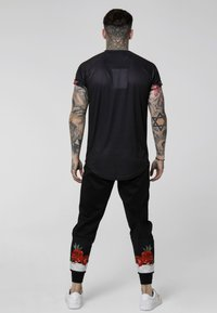 SIKSILK - RAGLAN BACK PANEL SHIRT - Camisa - black/ecru/red - 2