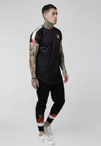 SIKSILK - RAGLAN BACK PANEL SHIRT - Camisa - black/ecru/red - 1