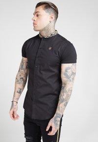 SIKSILK - TAPE COLLAR SHIRT - Overhemd - black/gold - 4