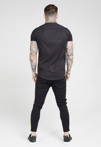 SIKSILK - TAPE COLLAR SHIRT - Overhemd - black/gold - 2