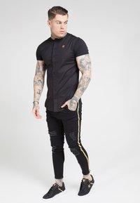 SIKSILK - TAPE COLLAR SHIRT - Overhemd - black/gold - 1
