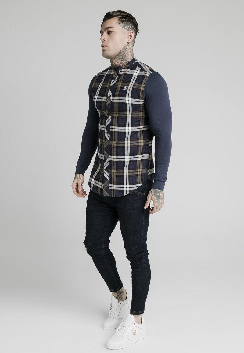 SIKSILK - GRANDAD COLLAR CHECK - Camicia elegante - navy/khaki/cream