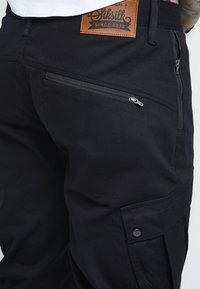 SIKSILK - FITTED CUFF PANTS - Cargobyxor - black - 4