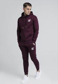 SIKSILK - Pantalon de survêtement - burgundy - 1