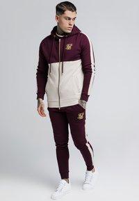 SIKSILK - CUT AND SEW TAPED PANTS - Pantalones deportivos - burgundy/cream - 1
