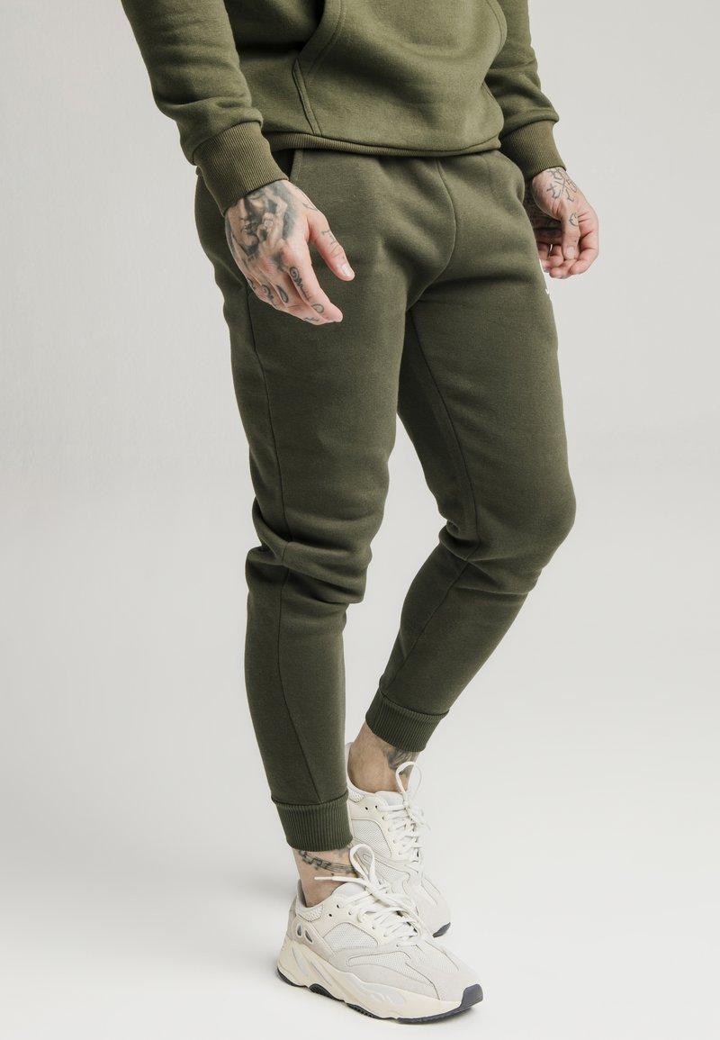SIKSILK - MUSCLE FIT - Pantaloni sportivi - khaki/white