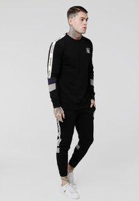 SIKSILK - RETRO PANEL TAPE - Pantalon de survêtement - black/grey/navy - 1
