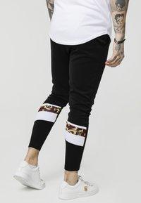 SIKSILK - ROYAL VENETIAN SPRINT TRACKSUIT PANTS - Tracksuit bottoms - black/deep red - 4