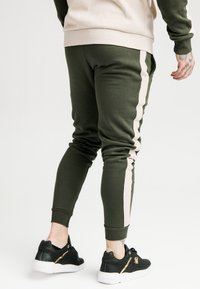 SIKSILK - PANELLED - Pantalon de survêtement - khaki/cream/gold - 2