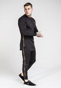 SIKSILK - CUFFED CROPPED TAPED  - Pantalon de survêtement - black - 1