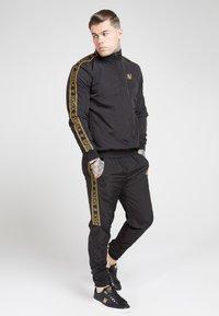 SIKSILK - CRUSHED TAPE  - Pantaloni sportivi - black / gold - 1