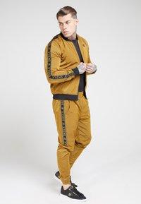 SIKSILK - TAPED JOGGERS - Pantaloni sportivi - golden mustard - 1