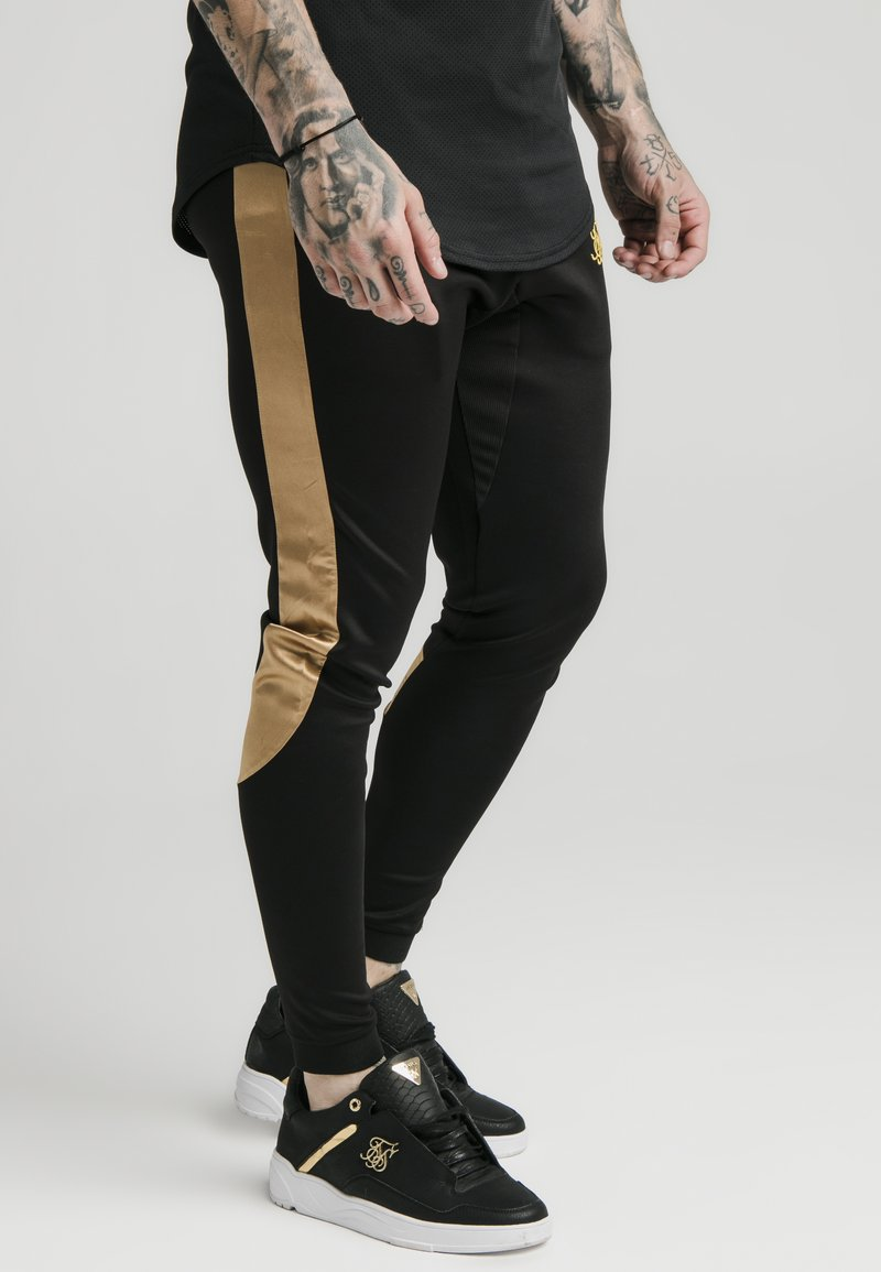 SIKSILK - SCOPE PANEL  - Teplákové kalhoty - black/gold