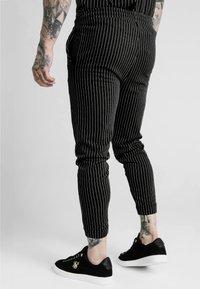 SIKSILK - DANI ALVES FITTED SMART PANTS - Pantalon classique - anthracite/white - 2
