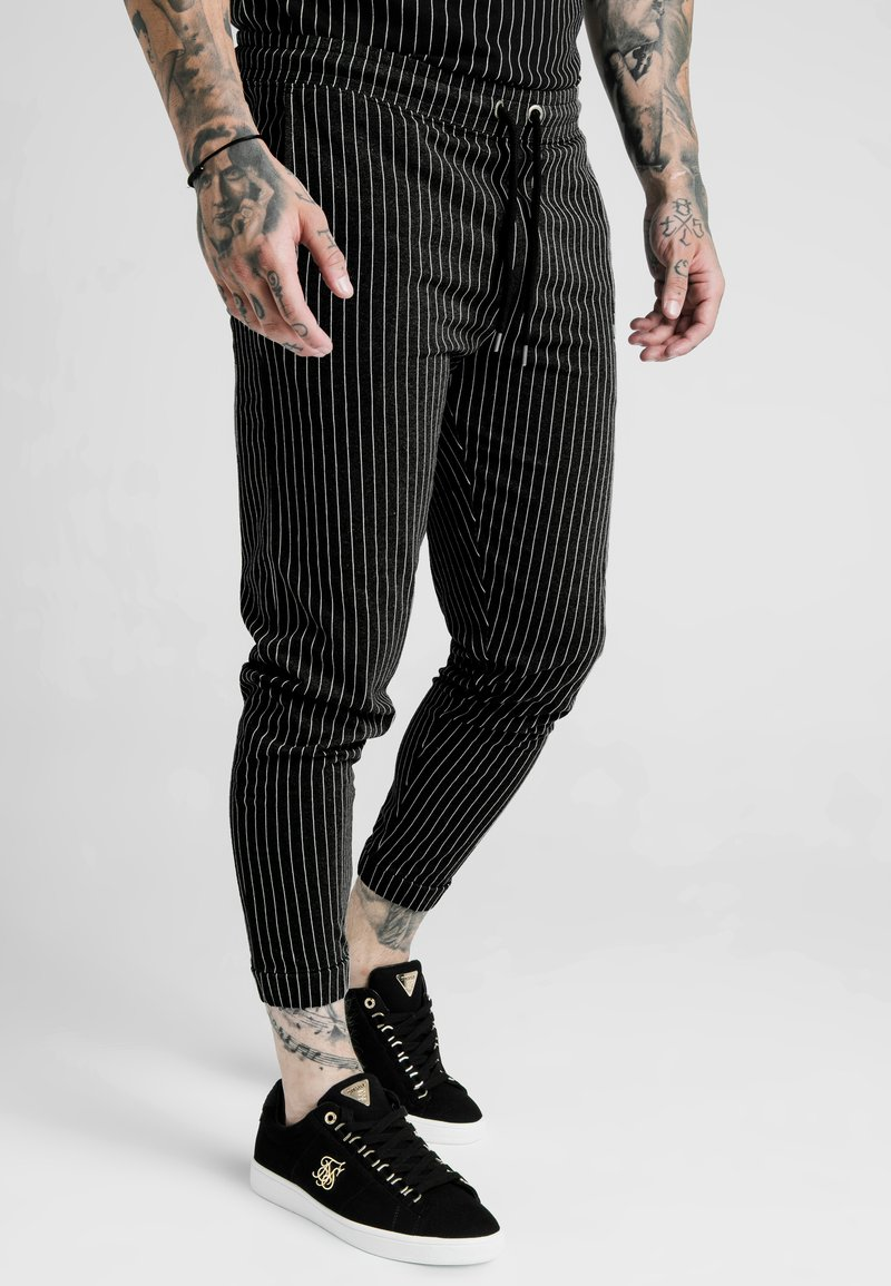 SIKSILK - DANI ALVES FITTED SMART PANTS - Pantalon classique - anthracite/white