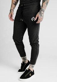 SIKSILK - DANI ALVES FITTED SMART PANTS - Pantalon classique - anthracite/white - 4