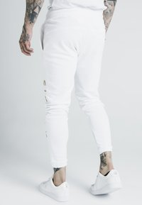 SIKSILK - X DANI ALVES CUFFED JOGGERS - Tracksuit bottoms - white - 2