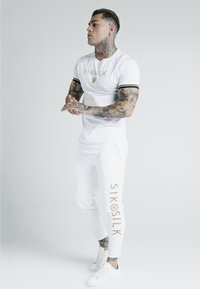 SIKSILK - X DANI ALVES CUFFED JOGGERS - Tracksuit bottoms - white - 1