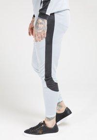 SIKSILK - ATHLETE EYELET TAPE TRACK PANTS - Trainingsbroek - ice grey/charcoal - 4