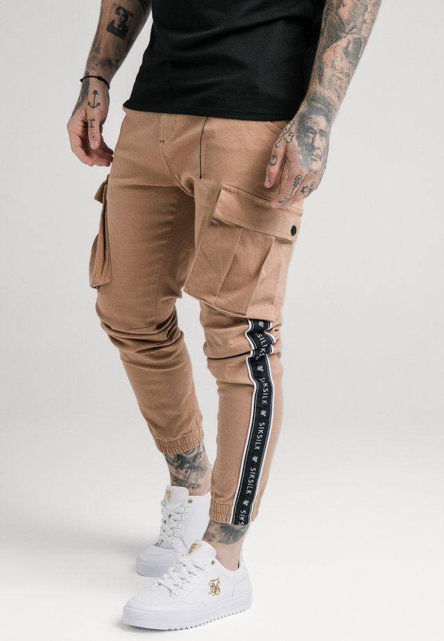 FITTED TAPED CUFF CARGO - Cargo trousers - tan