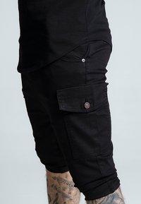 SIKSILK - BERMUDA CARGO - Shorts - black - 3