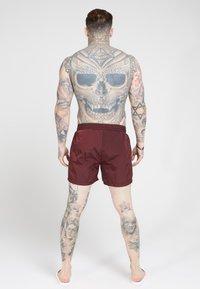 SIKSILK - CRUSHED TAPE - Shorts - burgundy/gold - 2